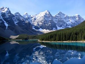 Moraine Lake — одно из нескольких мега-живописных озер в Banff National Park (фотка с википедии)